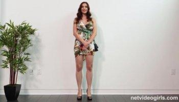 Calie la petite réunionnaise sexy pro du twerking s'exhibe devant mari voyeur