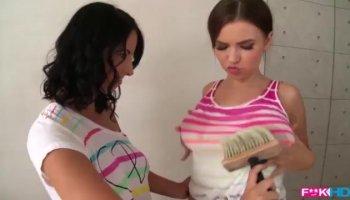 Incroyable Antonya caresse ses douces lèvres et le trou