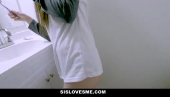 Empilés rousse en bleu, des bas de Ashlee G orgasmes sur un gros sex toy