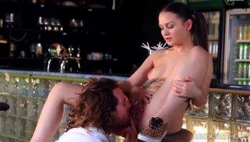 Luxuriante français maîtresse Liza Del Sierra se trouve sur l'esclave du visage et bénéficie cul sexe