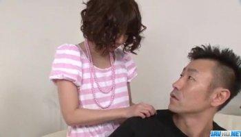 Tatoué Gabriella Paltrova s'assoit sur le visage du gars et lui fait une branlette
