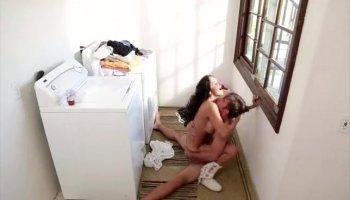 Cette gribiche de 19 ans de jeune avec de beaux seins ronds aime le sexe anal
