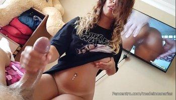 Gros seins transsexuel se branle la bite et se propage cul solo