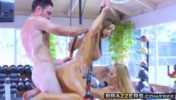 Heureusement esclave obtient un énorme cul phat de la maîtresse Julie Cash sur son visage