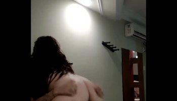 Cassidy Banks baise une culotte en reniflant un pervers dans une laverie en face