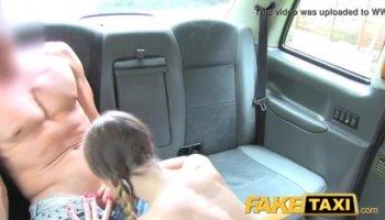 Coquine amateur français maman séduit le jeune homme et lui donne son cul dans la salle de bain