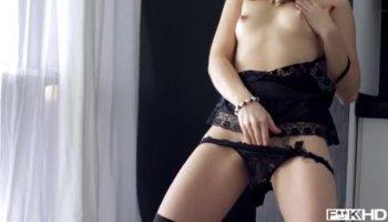 Fou Latina femme Jynx Maze pète fort pendant la sodomie brutale