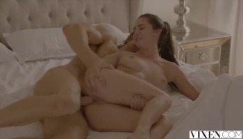Latina avec un gros cul Ava Sanchez coups de son attaché garçon
