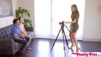 MILF Brittany Bardot traite son prolapsus avec double pénétration anale