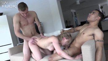 Rousse stunner Antonia Sainz obtient son juteux manchon percé