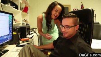 Un gars surprises Kylie Quinn avec sa grosse bite et la baise ado chatte
